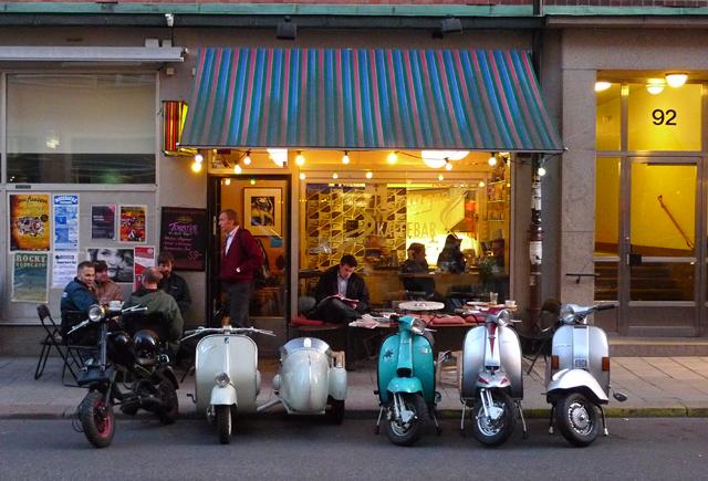 Stockholms Scooterister träffas på Kaffebar Skåningen på Skånegatan 92,  Södermalm. Onsdagar från kl.18.00 Kom förbi på fika och kanske en ride-out i stan.